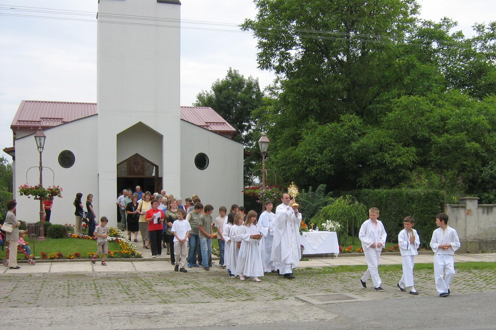 Ministranti u Markovcu Našičkom i župnik Branko - Tijelovo 2007 (slika 1) - 7.6.2007.